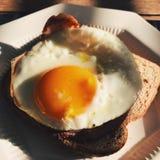 烟肉和鸡蛋在多士 库存照片