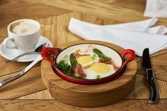 烟肉和鸡蛋在餐馆 免版税库存图片