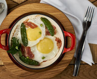 烟肉和鸡蛋在餐馆 免版税库存照片