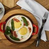 烟肉和鸡蛋在餐馆 免版税图库摄影