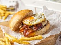 烟肉和鸡蛋汉堡用自创油炸物 库存照片