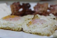 烟肉和鸡蛋用乳酪 免版税库存照片