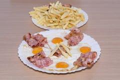 烟肉和鸡蛋 库存图片