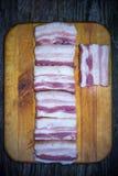 烟肉开胃片断与一个槽孔的在木表面的背景 库存照片