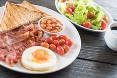 烟肉用鸡蛋早餐 库存照片