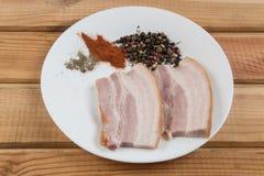 烟肉肉用在一张木桌上的香料香料 免版税图库摄影