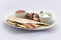 烟肉蛋有辣调味汁酸性稀奶油的早餐套 免版税图库摄影