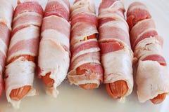 烟肉被包裹的热狗准备好烤 库存图片