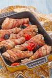 烟肉被包裹的鸡腿 图库摄影