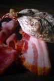 烟肉被治疗的干火腿片蒜味咸腊肠 图库摄影
