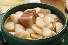 烟肉豆烹调judiones西班牙语炖煮的食物 图库摄影