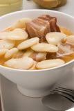 烟肉豆烹调judiones西班牙语炖煮的食物 库存图片