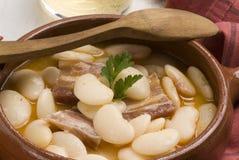 烟肉豆烹调judiones西班牙语炖煮的食物 免版税库存照片