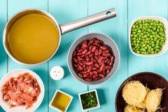 烟肉,菜汤、豆和豌豆和细面条面团食品成分蔬菜通心粉汤汤的 库存照片