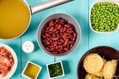 烟肉,菜汤、豆和豌豆和细面条面团食品成分蔬菜通心粉汤汤的 免版税库存图片