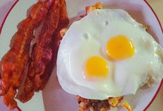 烟肉,鸡蛋,马铃薯煎饼早餐 免版税库存图片