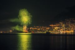 烟花全景可爱的看法在摩纳哥的公国的在日落之后的 免版税库存图片