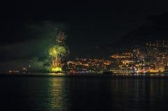 烟花全景可爱的看法在摩纳哥的公国的在日落之后的 库存图片