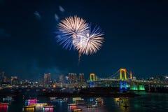 烟花和东京地平线 免版税库存图片