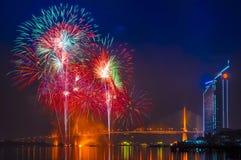 烟花和在Chaopraya河,曼谷泰国的Rama 9桥梁 库存图片