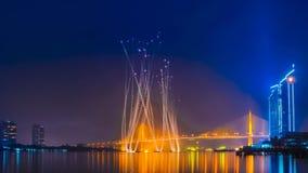 烟花和在Chaopraya河,曼谷泰国的Rama 9桥梁 免版税库存照片