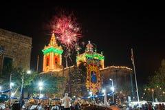 烟花和夜街道装饰的festa在马耳他宗教节日 免版税图库摄影