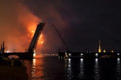 烟花和激光在涅瓦河的水域中显示我 免版税库存图片