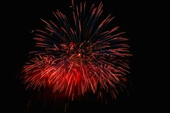 烟花在夜使目炫显示的天空点燃 库存照片