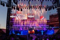 烟花在天空中破裂了在WWE摔跤手以后承办人bea 免版税图库摄影