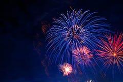 烟花在天空微明下 烟花在黑暗的天空背景显示 美国独立日,第4 7月、美国独立纪念日或者新年 免版税库存照片