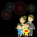 烟花在日本,在yukata, kimo的家庭显示 免版税库存照片