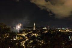 烟花在晚上在老镇伯尔尼 图库摄影