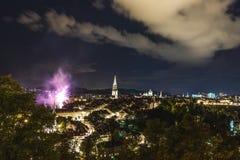烟花在晚上在老镇伯尔尼 免版税图库摄影