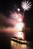 烟花在河的晚上 免版税库存图片