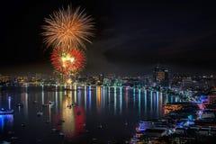 烟花在芭达亚海滩的新年庆祝 免版税库存照片
