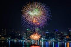 烟花在芭达亚海滩的新年庆祝 免版税图库摄影