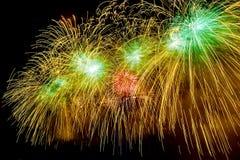 烟花在莫斯科,俄罗斯爆炸闪烁与使目炫结果 2月23日庆祝 免版税库存照片