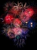 烟花在黑暗的天空背景中,新年庆祝烟花 免版税库存图片