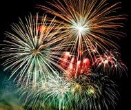 烟花在黑暗的天空背景中,新年庆祝烟花 皇族释放例证