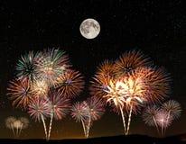 烟花在满天星斗的天空下 免版税图库摄影