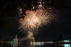 烟花在2015年12月5日,父亲节的suanloung公园泰国 免版税库存图片