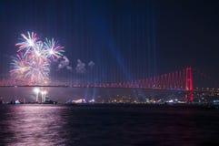 烟花展示在伊斯坦布尔Bosphorus 火鸡 图库摄影