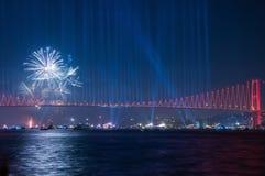 烟花展示在伊斯坦布尔Bosphorus 火鸡 免版税库存照片