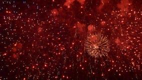 烟花展示 节日和庆祝 使用壮观的烟火制造术一个除夕 股票录像