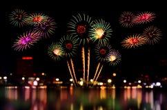 烟花庆祝和城市夜点燃背景 库存照片