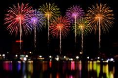 烟花庆祝和城市夜点燃背景 免版税库存照片