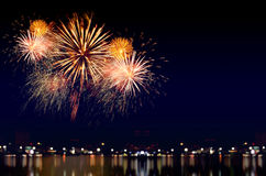 烟花庆祝和城市夜点燃背景 图库摄影