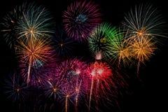 烟花庆祝在新年和拷贝空间-吸收的晚上 免版税库存图片