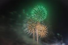 烟花庆祝在背景的晚上 免版税库存照片