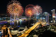 烟花庆祝鸟瞰图在小游艇船坞海湾的在Singapor 免版税图库摄影